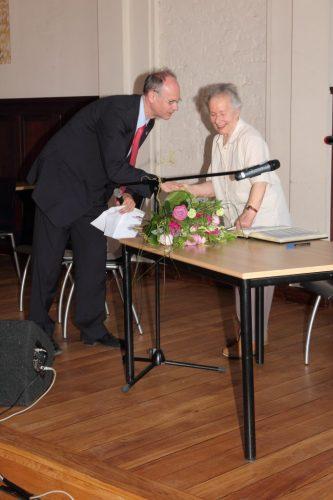 Eintragung ins Goldene Buch des Stadtbezikrs Pankow durch Inge Lammel,